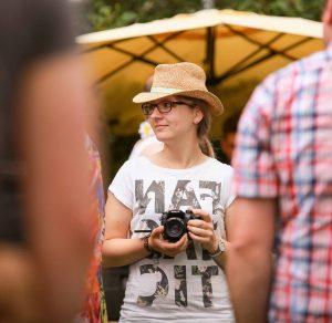 Filmemacher Madeline Sprock hält eine Kamera in der Hand